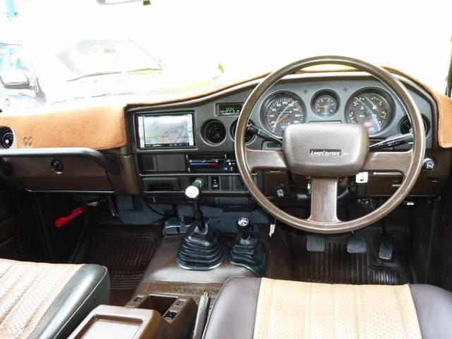 ランクル60内装 STD(スタンダード)。フロアやシートもビニール張り。タコメーターも装備されません。
